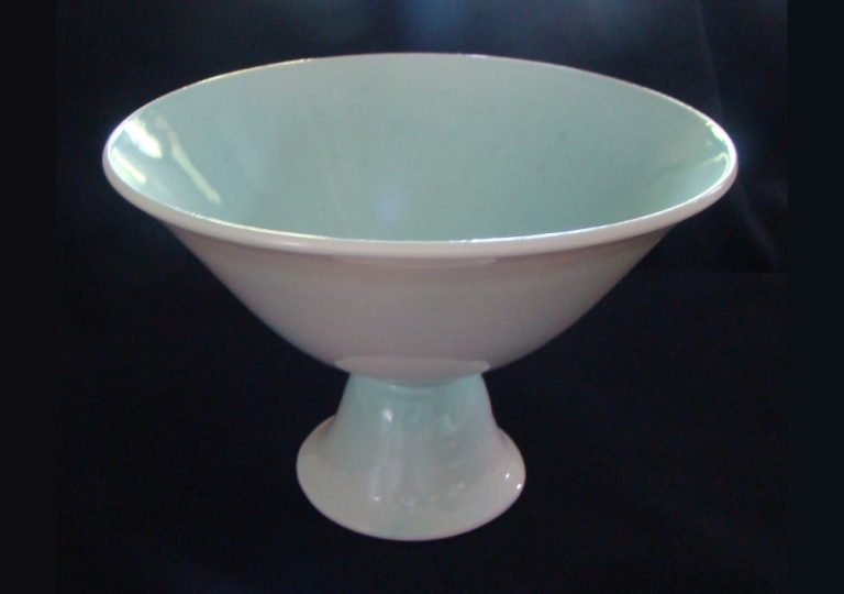 porcelain-bowl-on-stand